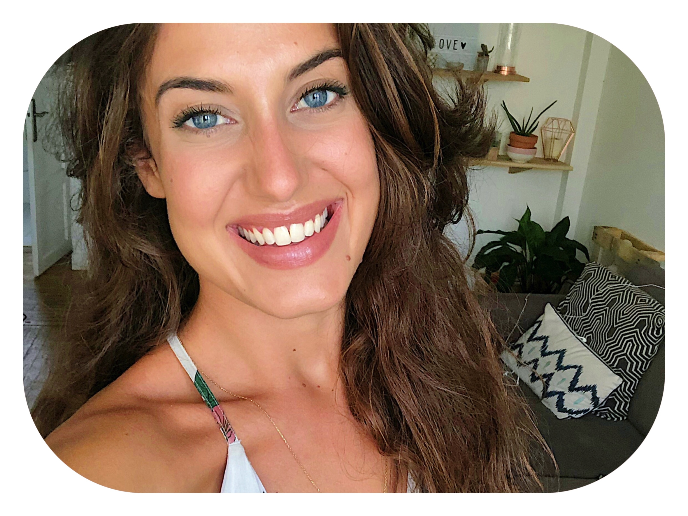 Des petites astuces et conseils pour se maquiller l'été, quand il fait chaud. Quels produits utiliser, comment faire tenir le maquillage, comment éviter les brillances et quel type de look adopter pour les beaux jours ?