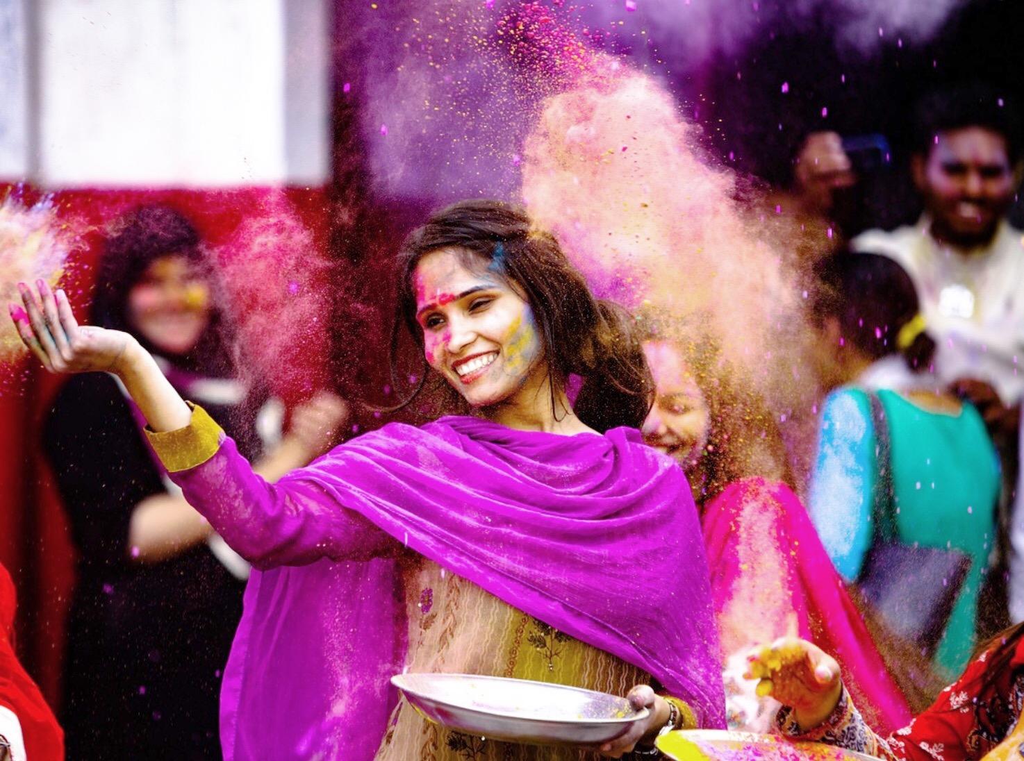 Le raclage de langue est loin d'être un rituel glamour. En même temps, lorsqu'il s'agit de detox, c'est rarement le cas... Aujourd'hui je vous en dis plus sur ce geste matinale, enseigné par l'ayurveda, la médecine traditionnelle indienne. Vous verrez, une fois essayé, vous aurez du mal à vous en passer...😉