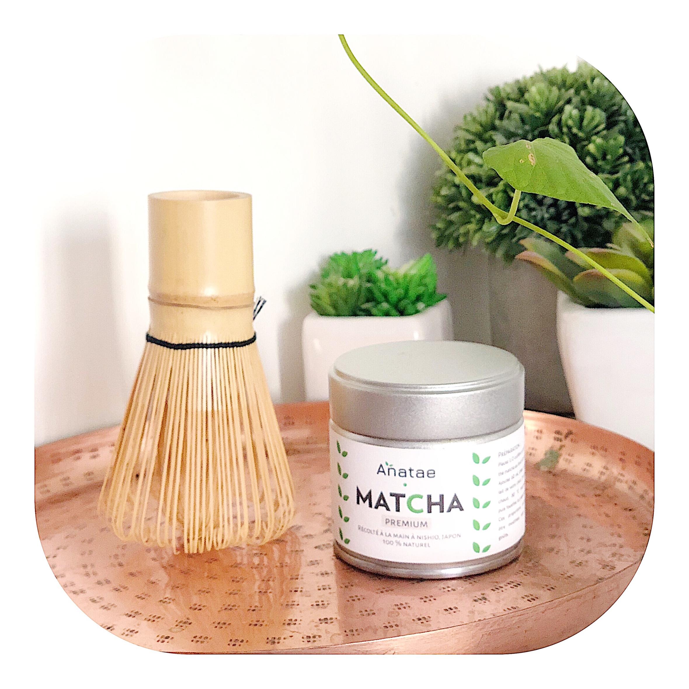 """On en entend de plus en plus parler. Le thé Matcha est on-ne-peut-plus présent dans la sphère """"healthy"""".Utilisé dans l'alimentation, il fait également des merveilles en beauté, pour la peau. Aujourd'hui je vous explique ses bienfaits et vous dévoile les raisons qui font son succès."""